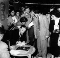 Иво Андрић, на Сајму књига потписује своје књиге